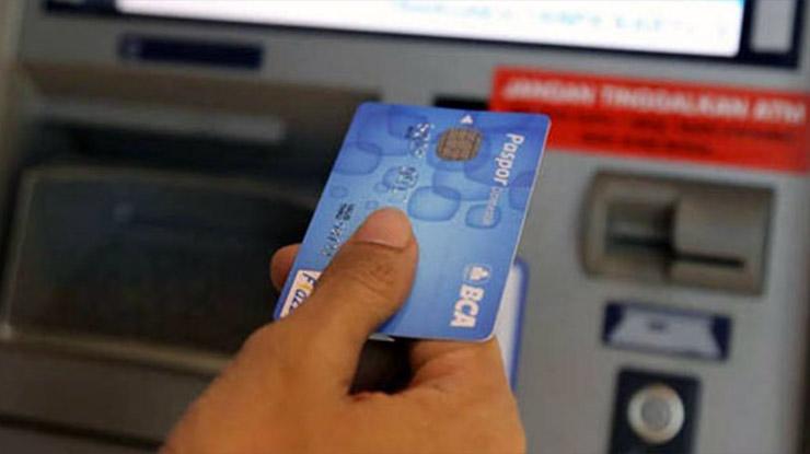 Masukan Kartu ATM ke Slot Mesin